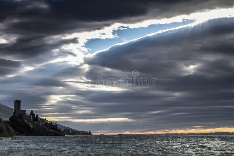 Замок Malcesine в ветреном дне стоковая фотография rf