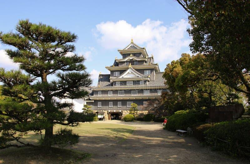 """Замок Okayama известный как """"замок вороны """"должный к своему черному экст стоковое изображение"""