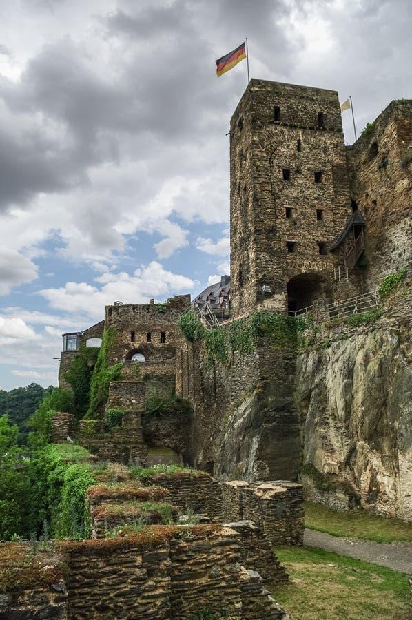 Замок Rheinfels около деревни Sankt Goar на Рейне, midd стоковое фото