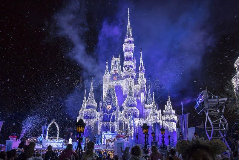 Замок ` s Золушкы Дисней с сосульками рождества стоковые фотографии rf
