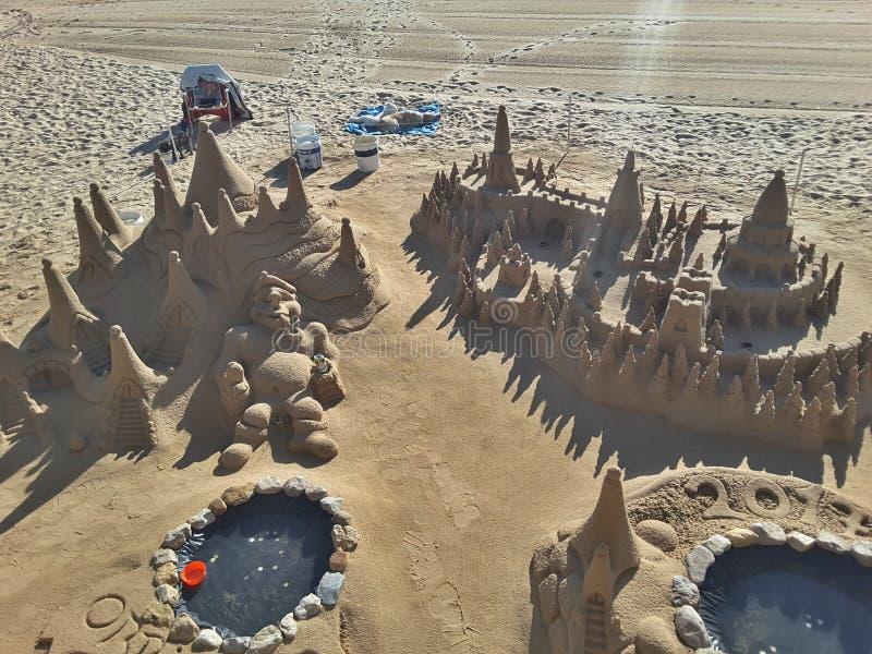 Замок Sandy на красивом пляже стоковые изображения rf