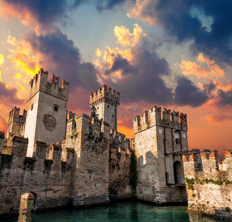 Замок Scaliger на заходе солнца стоковое фото rf