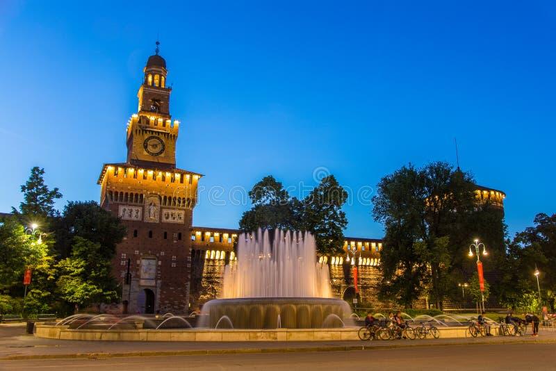 Замок Sforza в милане в вечере стоковые изображения rf