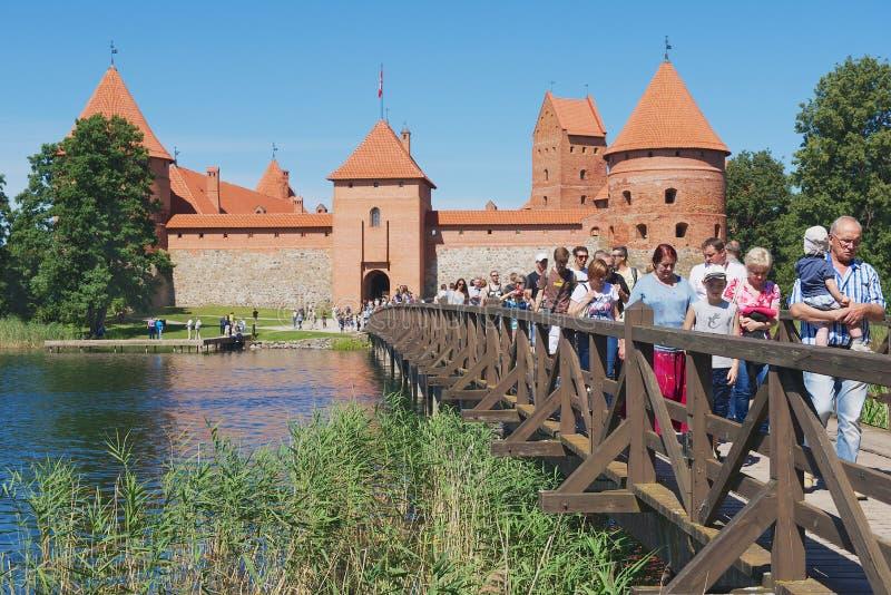 Замок Trakai посещения людей в Trakai, Литве стоковые изображения