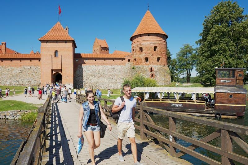 Замок Trakai посещения людей в Trakai, Литве стоковая фотография