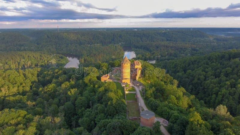 Замок Turaida на заходе солнца, виде с воздуха Латвии стоковые фото