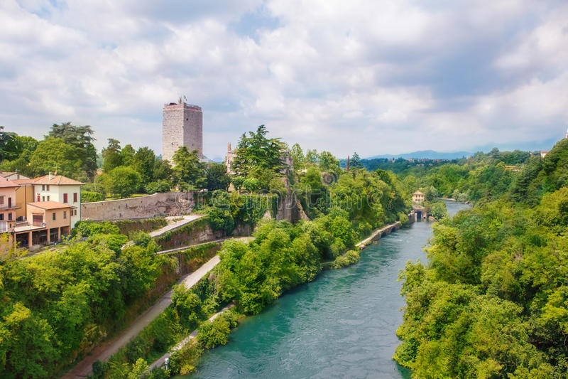 Замок Visconti и река Adda в sull'Adda Trezzo стоковые изображения rf