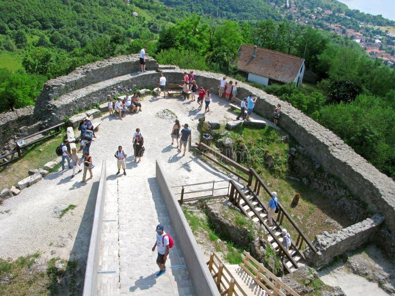 Замок Visegrad, люди, взгляд сверху стоковые фото
