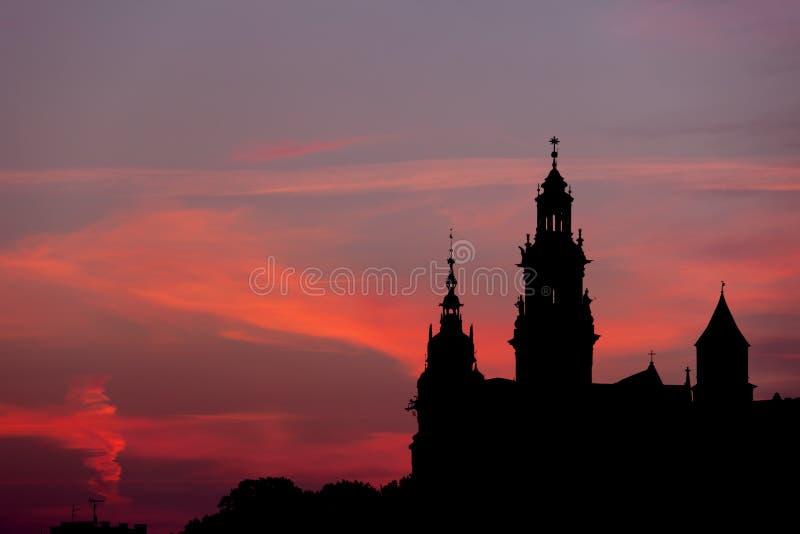 Замок Wawel и силуэт собора в Кракове стоковое фото