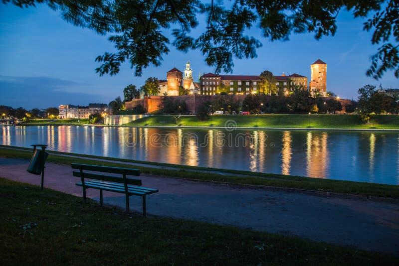 Замок Wawel королевский на ноче стоковые фотографии rf