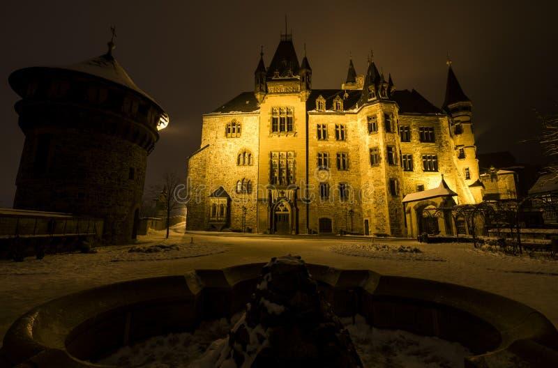 Замок Wernigerode в ноче зимы стоковые изображения