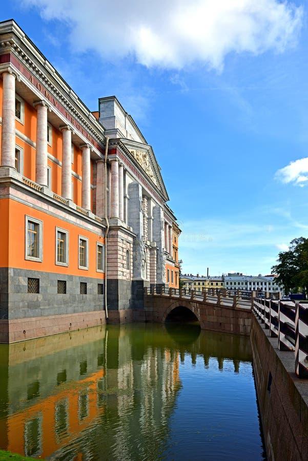 Замок XVIII Mikhailovsky и отражение зеркала в воде стоковое фото