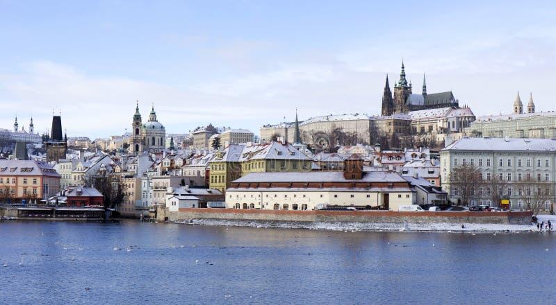 Замораживание Прага Snowy меньший городок с готическим замком, чехией стоковые изображения rf