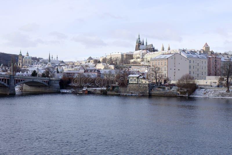 Замораживание Прага Snowy меньший городок с готическим замком, чехией стоковые фото