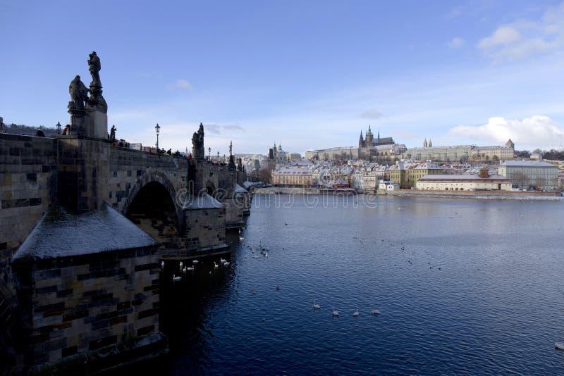 Замораживание Прага Snowy меньший городок с готическим замком, чехией стоковые изображения