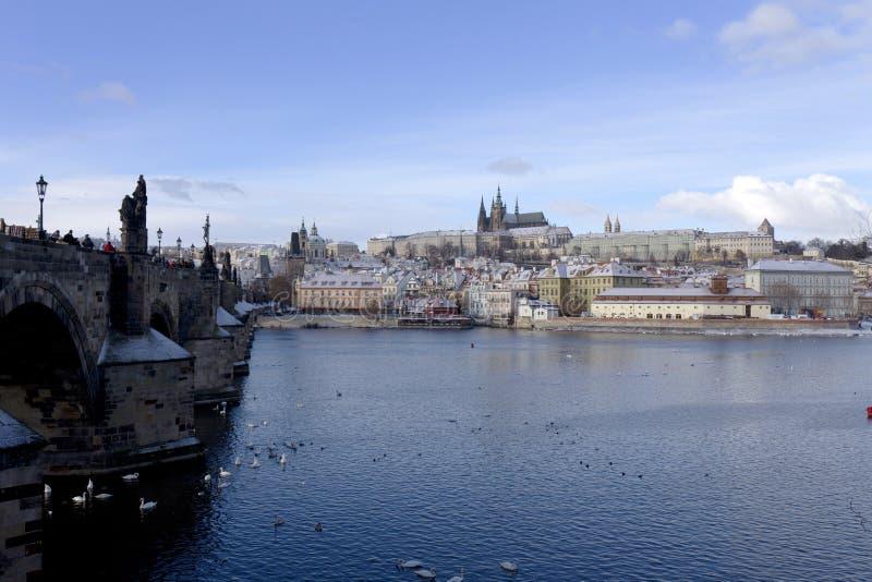 Замораживание Прага Snowy меньший городок с готическим замком, чехией стоковое изображение rf