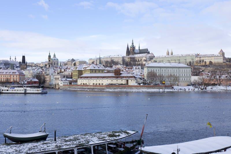 Замораживание Прага Snowy меньший городок с готическим замком, чехией стоковое изображение