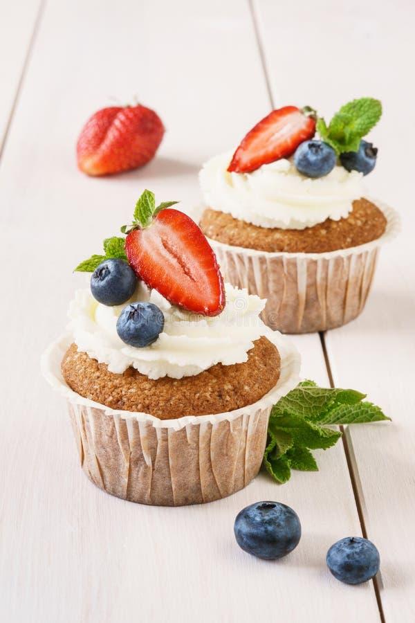 Замораживать сыра ванильных пирожных со сливками и свежие ягоды стоковое изображение