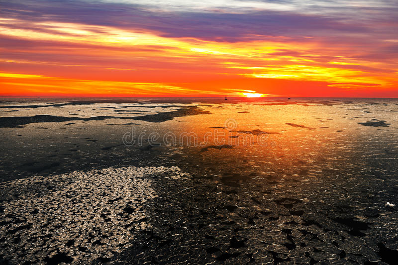 Замороженное море на заходе солнца стоковое изображение rf