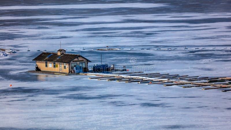 ЗАМОРОЖЕННОЕ ОЗЕРО - КОЛОРАДО, 8-ое марта 2017 - шлюпка Марины вилки озера стыкует на голубой мезе Reservoire, соотечественнике R стоковые фото