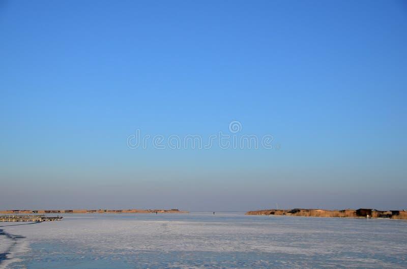 Замороженное озеро с голубым небом стоковые изображения rf