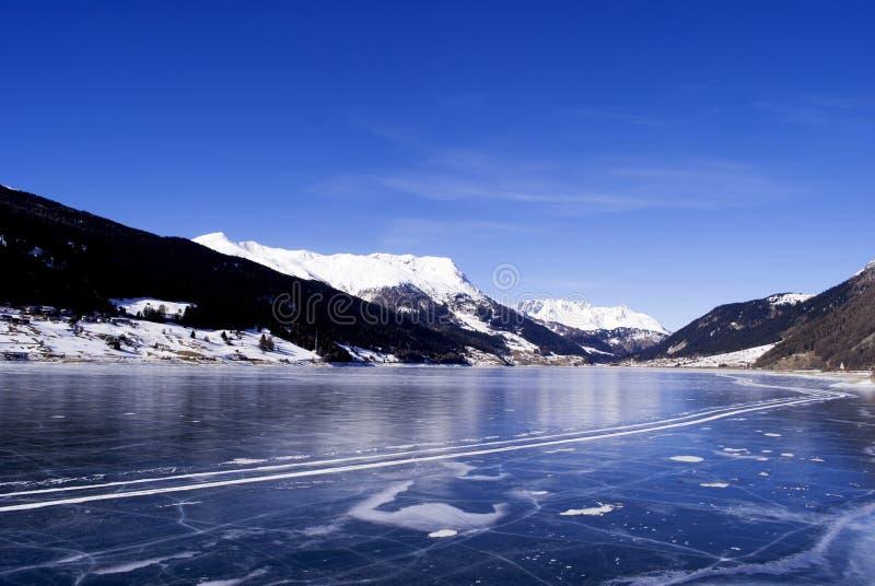 Download замороженное озеро стоковое фото. изображение насчитывающей романтично - 18379460