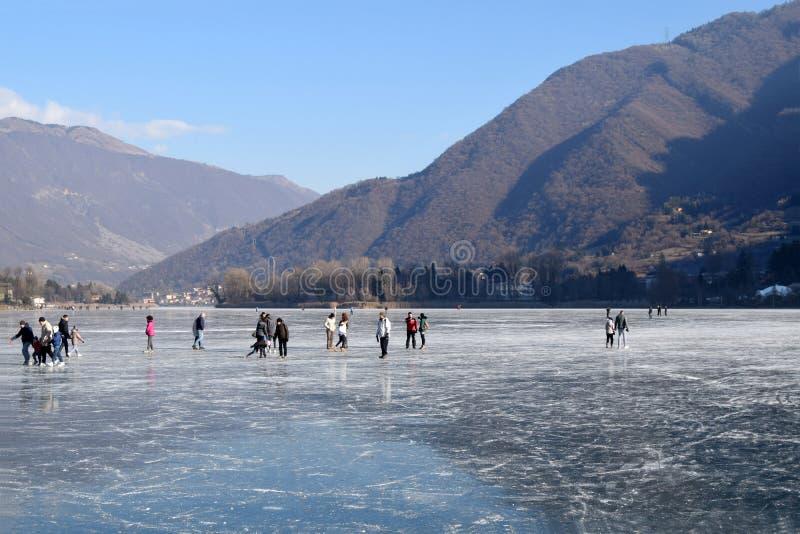 Замороженное озеро Endine в области Бергама - Италия стоковая фотография rf