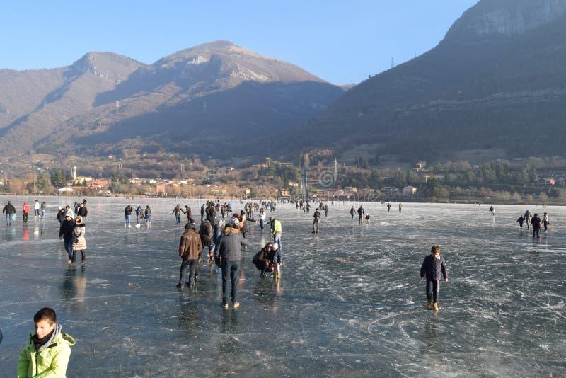 Замороженное озеро Endine в области Бергама - Италия стоковые фото