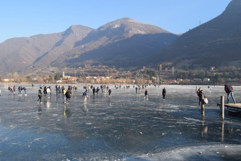 Замороженное озеро Endine в области Бергама - Италия стоковое фото