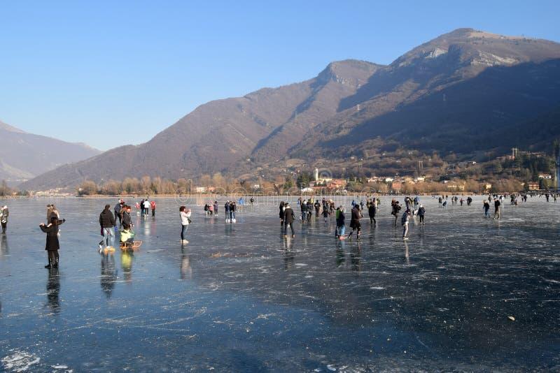 Замороженное озеро Endine в области Бергама - Италия стоковые изображения