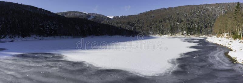 Замороженное озеро Lauch в зиме - панораме стоковые изображения