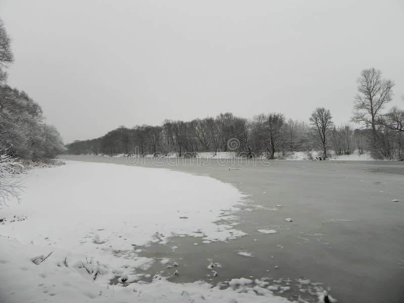 Замороженное река в зиме Лед приковал воду реки Природа севера o стоковое изображение
