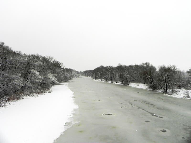 Замороженное река в зиме Лед приковал воду реки Природа севера o стоковые фото