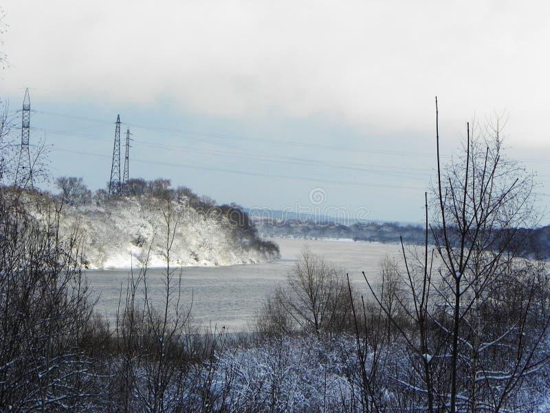 Замороженное река в зиме Лед приковал воду реки Природа севера o стоковое фото rf
