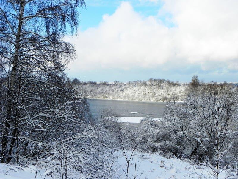 Замороженное река в зиме Лед приковал воду реки Природа севера o стоковая фотография