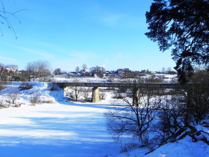Замороженное река в зиме Лед приковал воду реки Природа севера o стоковые изображения