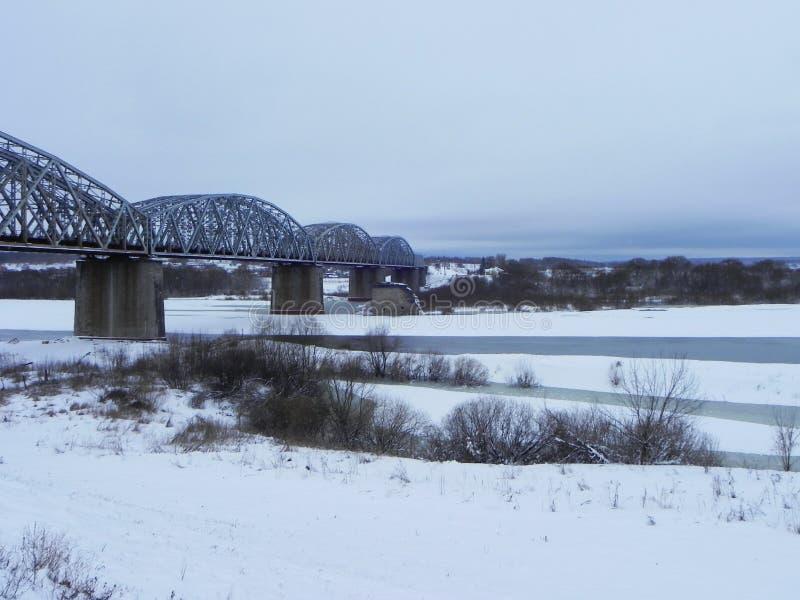 Замороженное река в зиме Лед приковал воду реки Природа севера o стоковые изображения rf