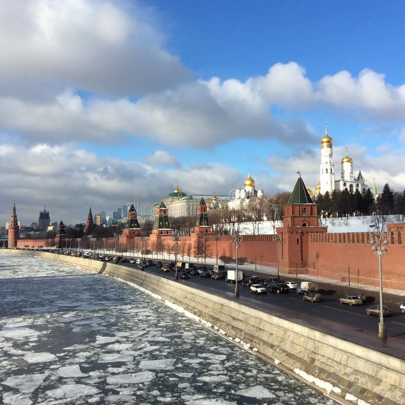Замороженное река Москвы стеной Кремля, Москвой, Россией стоковые изображения rf