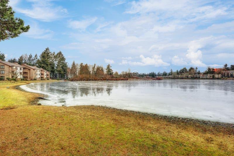 Замороженные воды небольшого озера на утре зимы стоковые фотографии rf