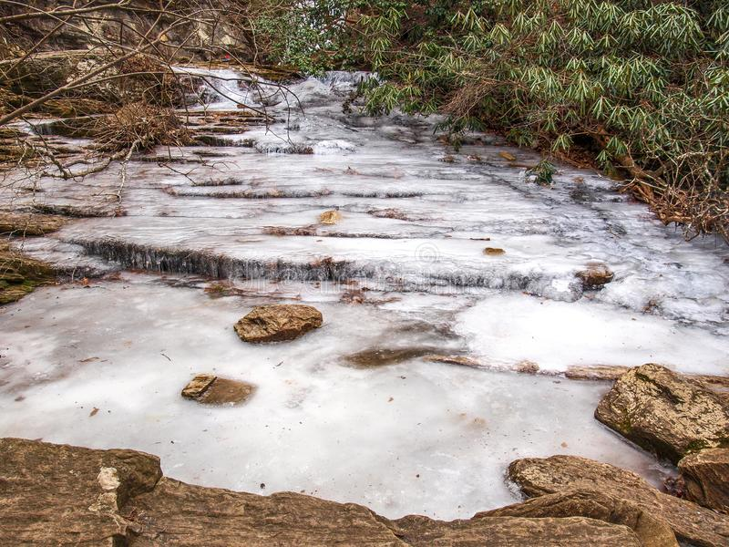 Замороженные каскады на вися парке штата утеса стоковое изображение rf