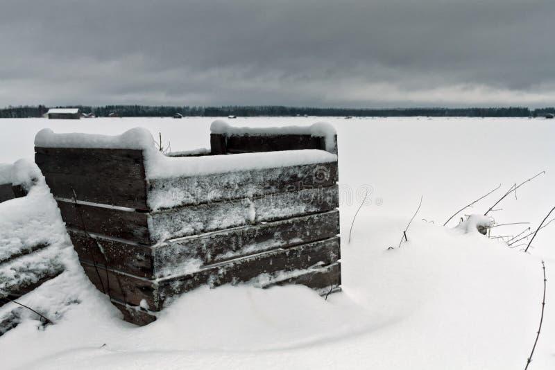 Замороженные клети покрытые с снегом стоковая фотография