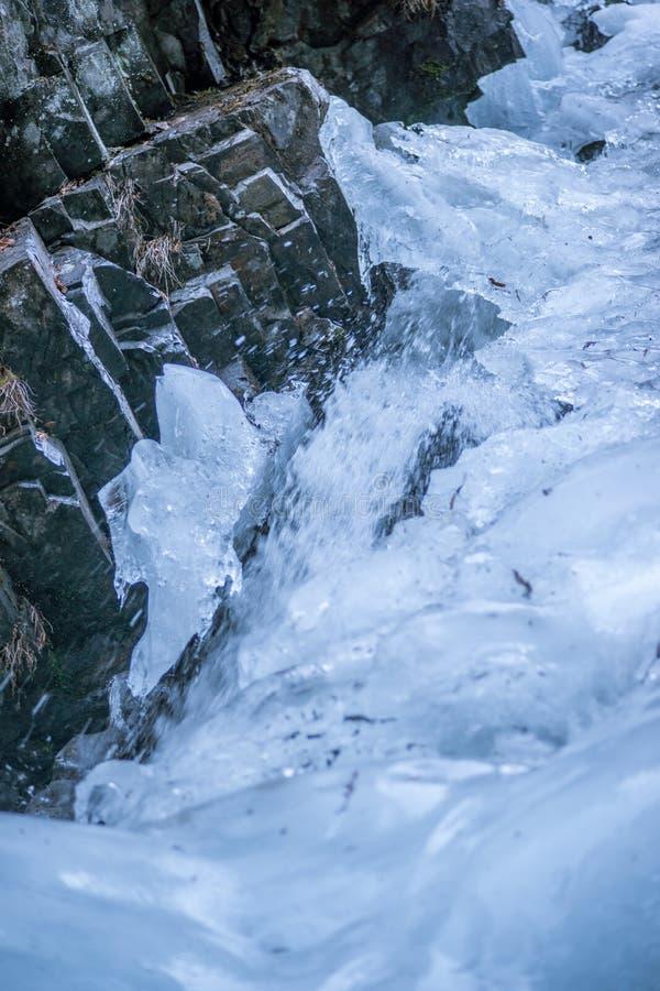 Замороженный водопад - на утесах стоковое изображение rf