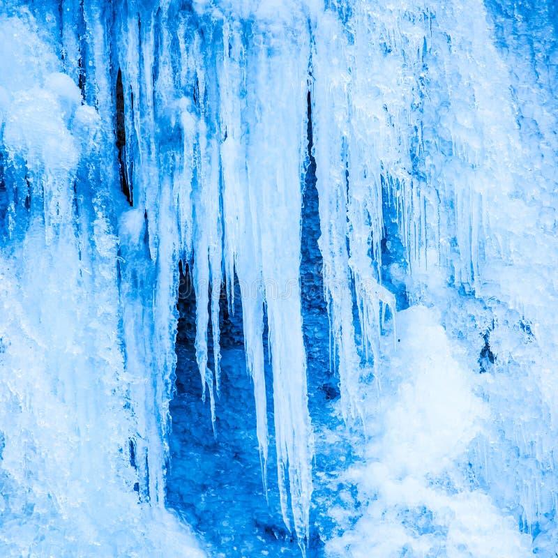 Замороженный водопад голубых сосулек стоковые изображения