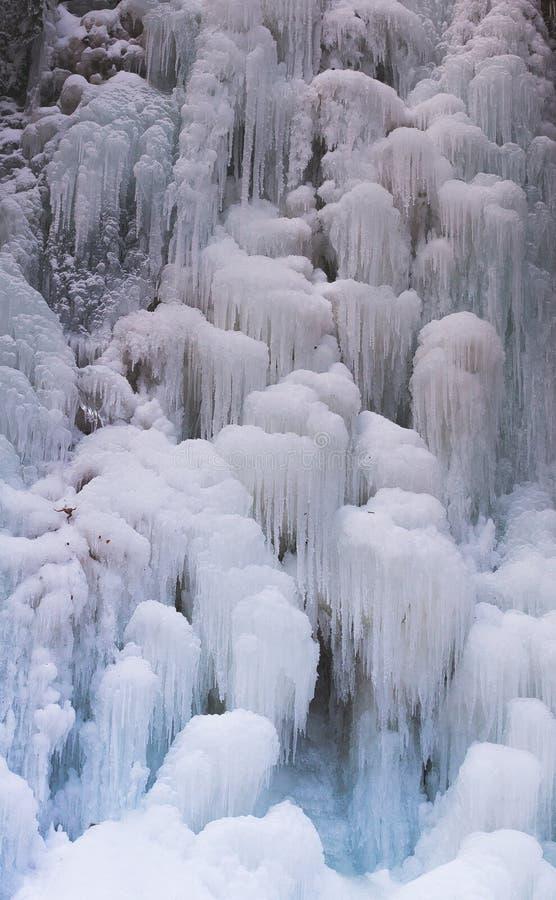 Замороженный водопад потока в зиме стоковая фотография rf