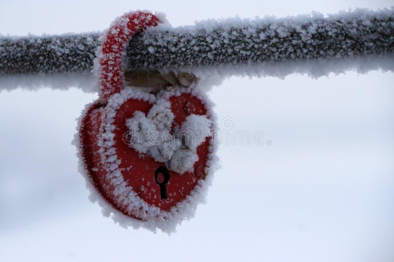 Замороженный в форме сердц замок как символ влюбленности стоковые фотографии rf