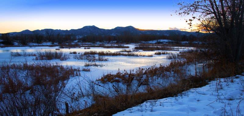 замороженный заход солнца прерии озера стоковые фотографии rf