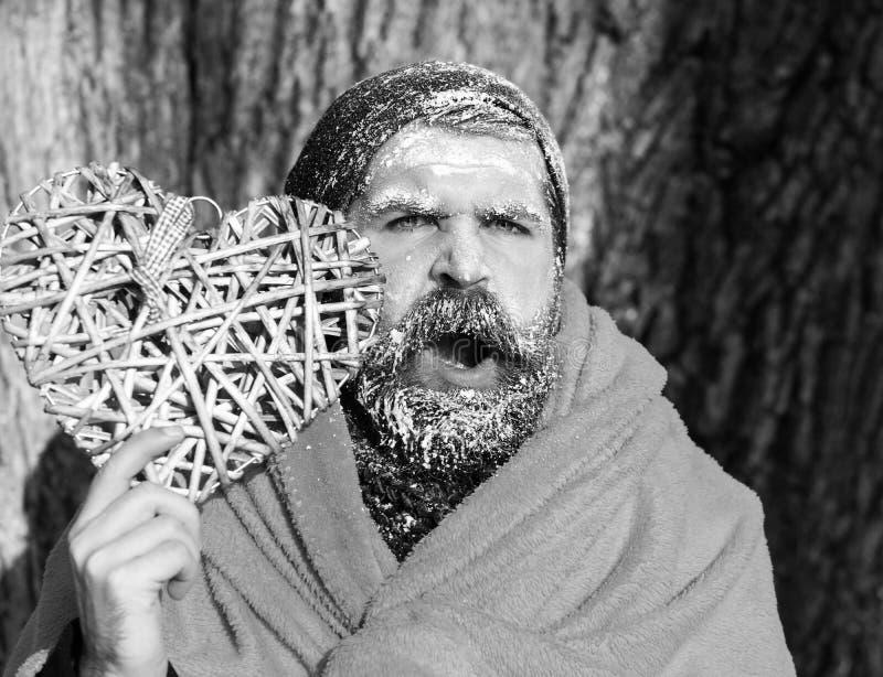 Замороженный зевая человек с squinty глазами, бородатый хипстер, с бородой и усиком предусматриванными с белым заморозком в оболо стоковые фотографии rf