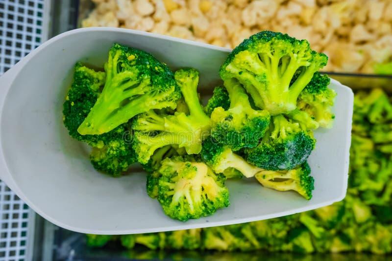 Замороженный зеленый брокколи на шпателе стоковые фотографии rf