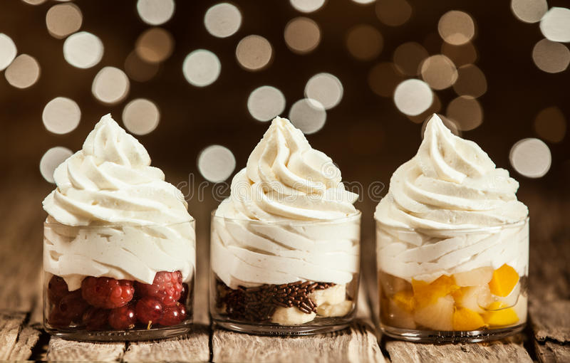 Замороженный йогурт на стеклянных тарах с плодоовощами стоковое изображение rf
