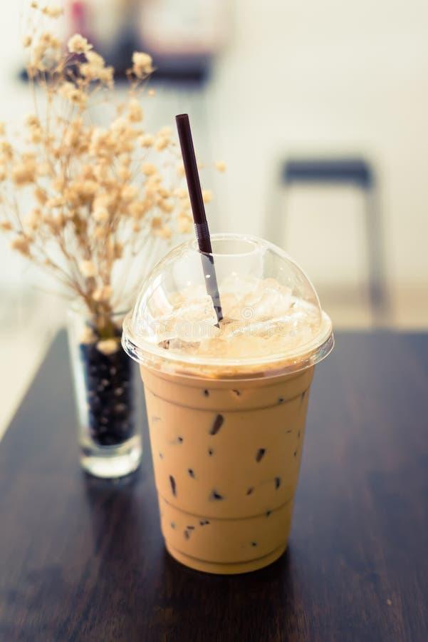 Замороженный кофе на деревянной таблице стоковые фотографии rf